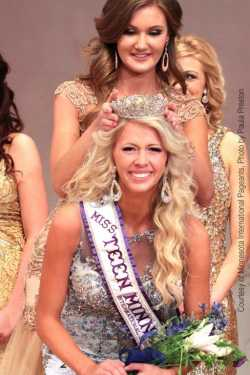 Nicole Doyle being crowned Miss Teen Minnesota